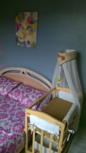 """La """"chambre familiale"""" Le lit et le berceau en mode cododo."""